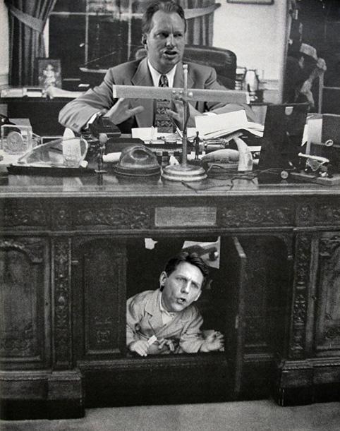 L Ron Hubbard mit David Miscavige unter dem Tisch